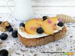 Pane tostato con yogurt greco e pesche