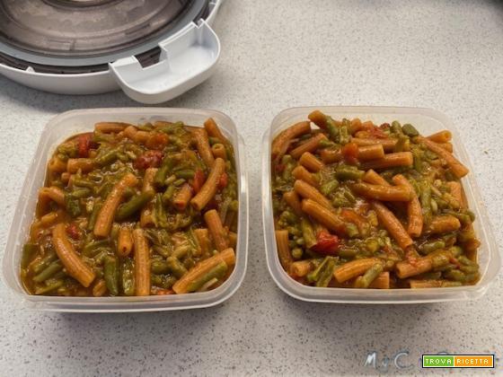 Piatto unico fagiolini, pomodoro e pasta di legumi con il CuCo