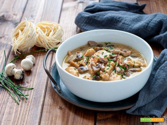 Zuppa di pollo cremosa con funghi e latte di cocco