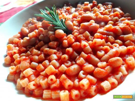 Pasta con sugo di pomodoro e fagioli