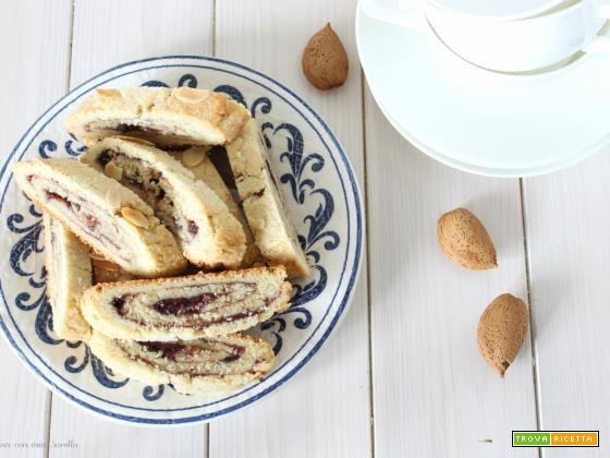Biscotti arrotolati alle mandorle con confettura