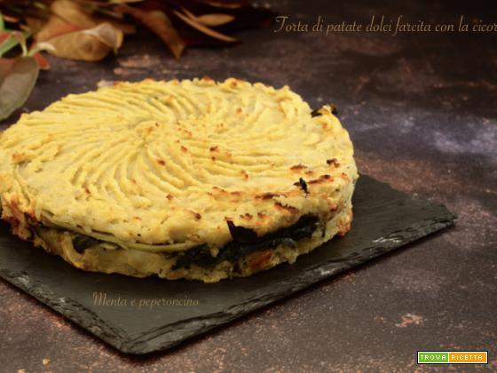 Torta di patate dolci farcita con la cicoria