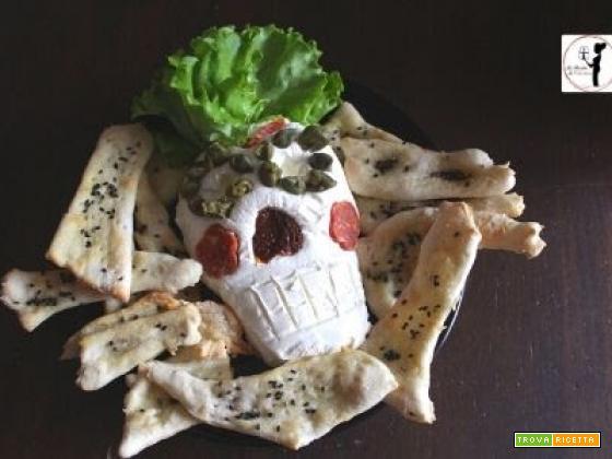 Halloween: teschio di formaggio con cracker di pasta matta e semi di sesamo in friggitrice ad aria