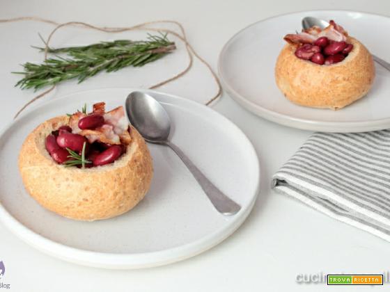 Zuppa di fagioli in pane