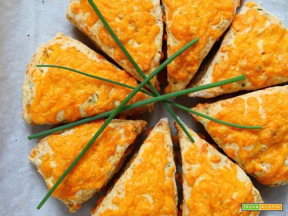 Scones salati con formaggio cheddar ed erba cipollina