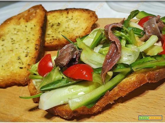 Crostini di pane con puntarelle e alici sott'olio