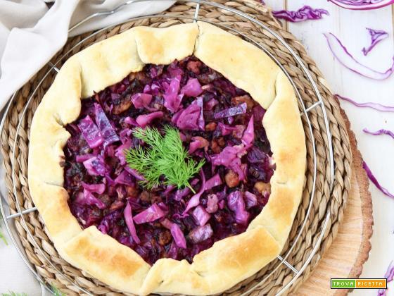 Galette rustica al mais con formaggio caprino, cavolo viola e salsiccia