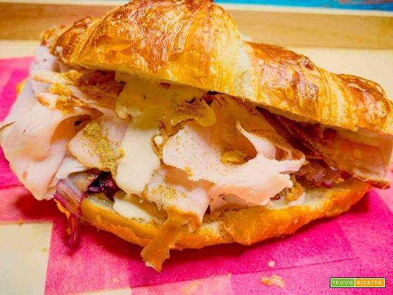 Croissant salato con tacchino, radicchio rosso, salsa tonnata e liquirizia