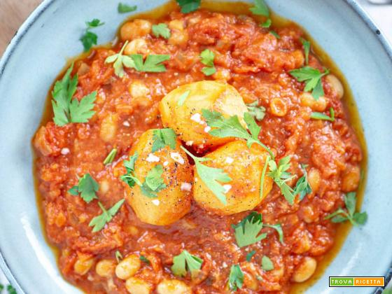 Shakshuka vegana di patate e cremosa salsa
