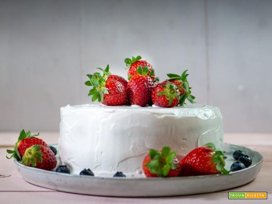Torta vegana alla vaniglia, fragole e panna