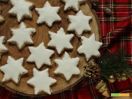Zimtsterne: stelle alla cannella glassate di Natale