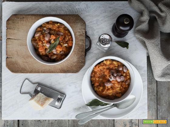 Zuppa cremosa con fagioli borlotti e orzo, al profumo di cumino nero