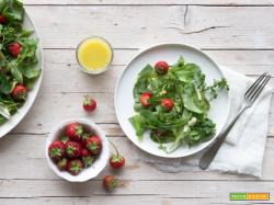 Insalatina di sarset, erbe selvatiche e fragole
