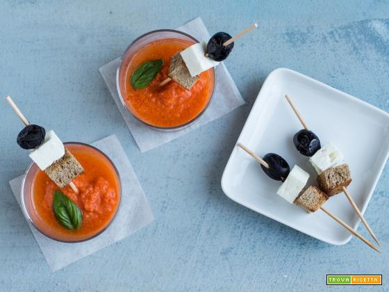 Gazpacho all'anguria con spiedini di feta, pane e olive