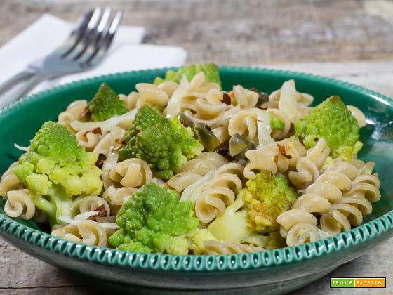 Fusilli con broccolo romanesco, capperi e peperoncino