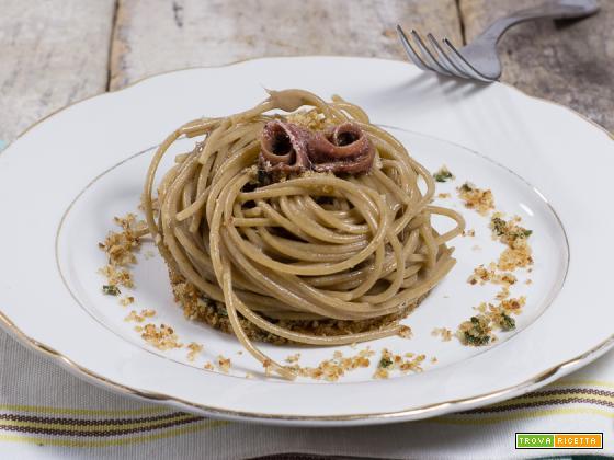 Spaghetti burro acciughe e pane croccante
