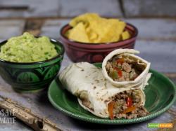 Cena messicana veloce, i burritos di manzo e il guacamole