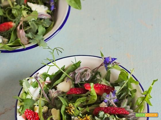 Insalata con erbe selvatiche, fragole e gorgonzola piccante