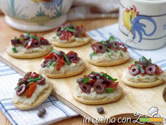Antipasto con purea di fave e pomodori secchi