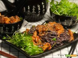 Tempeh invernale piccante con noodles neri