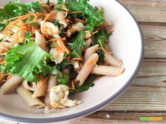 Penne integrali con pollo al curry, carote julienne e indivia
