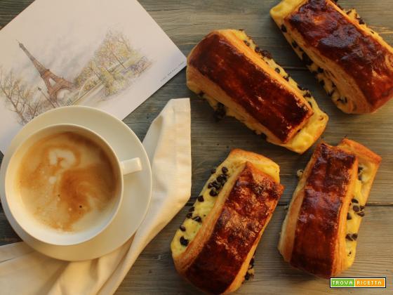 Brioche suisse francese con crema pasticcera e gocce di cioccolato