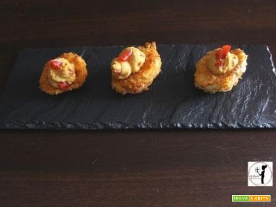Uova sode croccanti ripiene di crema alla paprica e peperone in agrodolce, preparate con la friggitrice ad aria