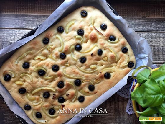 Focaccia morbida cipolle e olive - ricetta passo passo