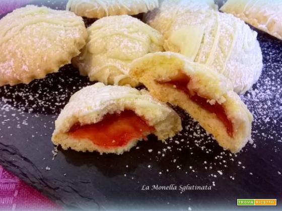 Biscottini ripieni di marmellata di fragole con cioccolato bianco