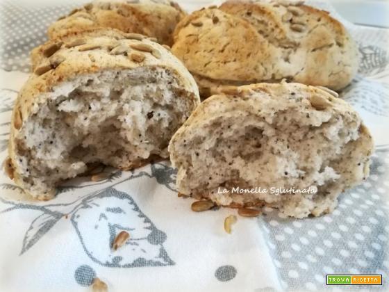 Panini con farina di grano saraceno e semi