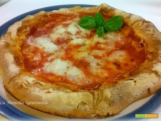 Pizza con l'orlo di pomodoro e mozzarella