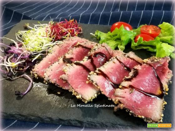 Tagliata di tonno con semi di sesamo e papavero