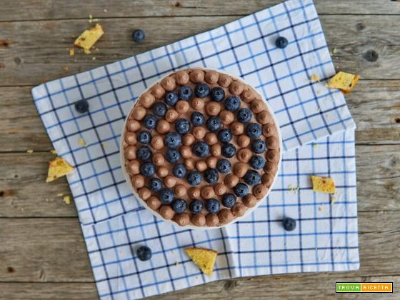 Torta panettone con mousse al cacao e mirtilli