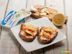 Bruschette con formaggio cremoso, salmone e avocado