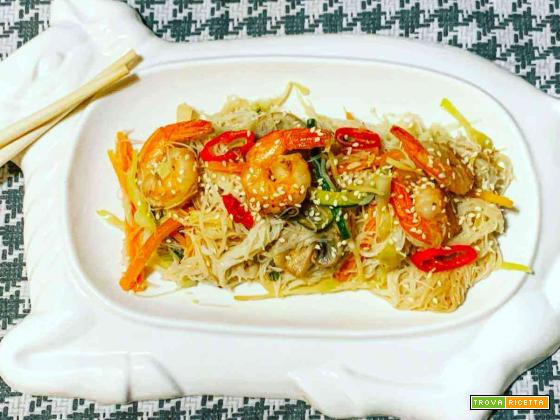 Spaghetti di riso con verdure e gamberi