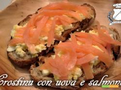 Crostini con salmone e uova strapazzate