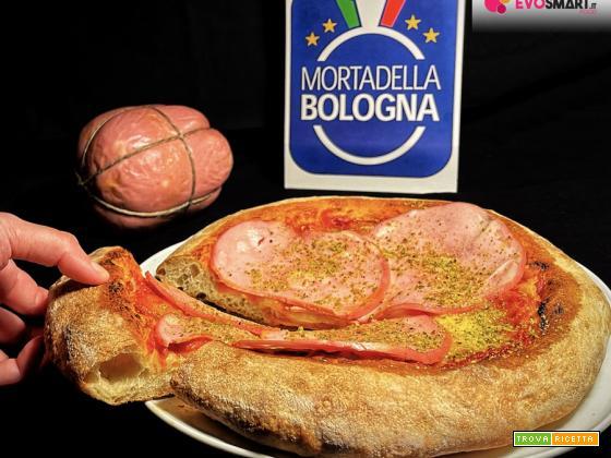 Pizza fatta in casa con Mortadella Bologna IGP e granella di pistacchio