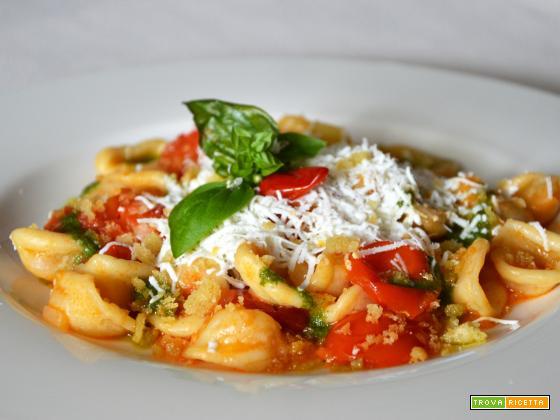 Orecchiette pugliesi con pomodorini, pesto di basilico, mollica croccante aromatizzata e cacioricotta