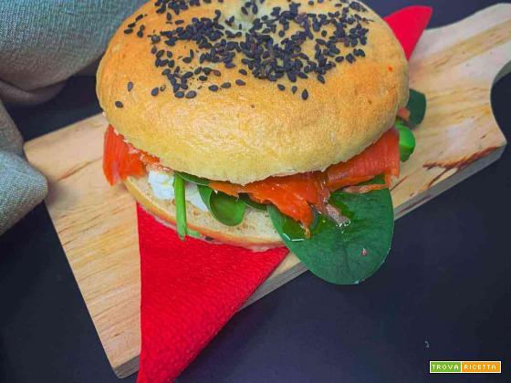 Bagel con salmone, cream cheese, avocado e spinaci