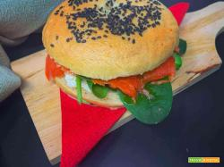 Bagel con salmone, cream cheese, avocado e spinaci