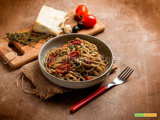 Spaghetti con crema di olive e gorgonzola, un primo ricco