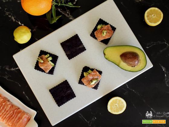 Creckers con farina di riso jemma salmone marinato e avocado