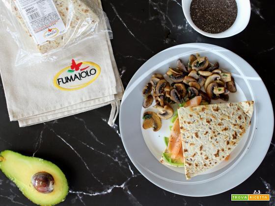 Piadina Salmone e avocado con funghi trifolati