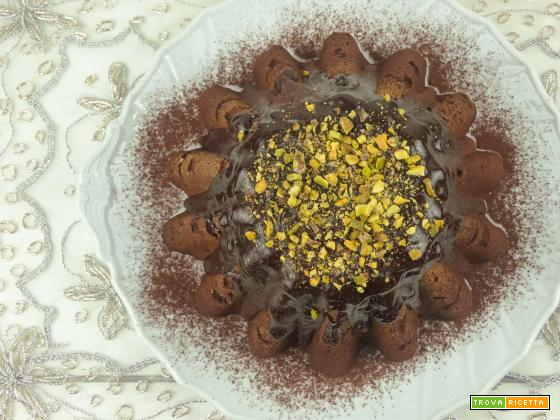 Torta nocciole e cioccolato con granella di pistacchio
