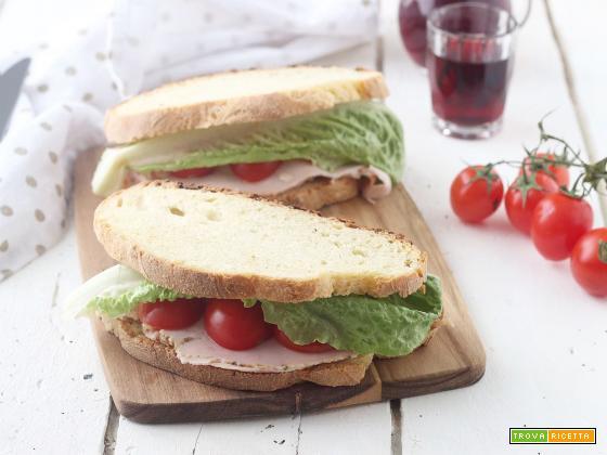 Pane farcito con tacchino, pomodori e insalata