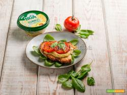 Bruschetta con hummus di ceci e avocado, un antipasto salutare