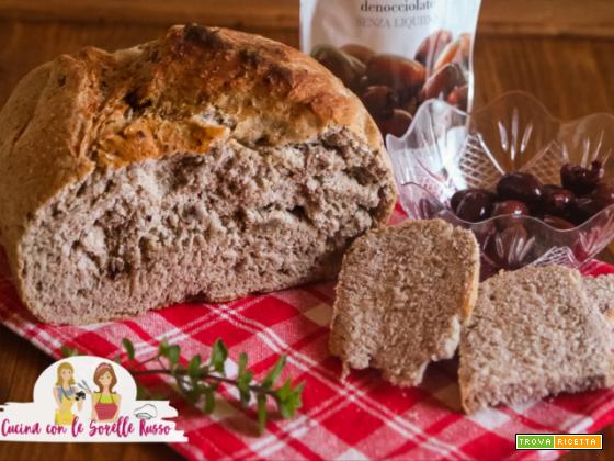 Pane alle olive fatto in casa da gustare con pomodori e mozzarella