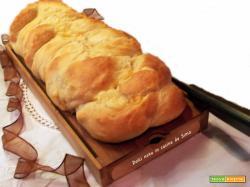 Treccia di pane farcita con salame e scamorza