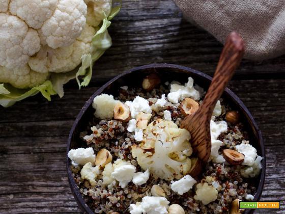 Insalata di quinoa con cavolfiore grigliato nocciole e feta