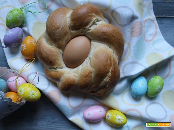 Pane di Pasqua intrecciato con uova sode